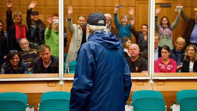 Christian G., recolzat per altres companys/es durant una sessió del judici